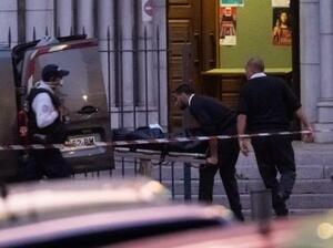 襲撃テロの現場となった教会から運び出される犠牲者の遺体=29日、ニース(ゲッティ=共同)