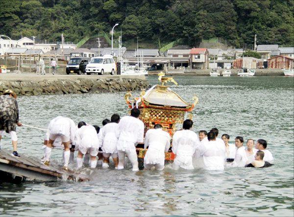 海に入るみこし=美波町の由岐漁港
