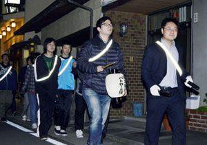 住宅街をパトロールする生徒ら=徳島市蔵本元町1