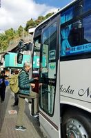 ぐるっとバスに乗り込む外国人観光客=三好市西祖谷山村の大歩危駅