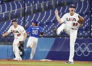 米国―韓国 5回、ピンチで姜白虎(50)を併殺に打ち取り、ガッツポーズする米国のR・ライアン。一塁手カサス=横浜スタジアム