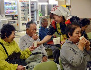 振る舞われた新茶を味わう来院者=阿南市羽ノ浦町の阿南共栄病院