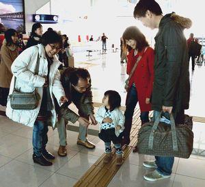 久しぶりに対面し、笑顔を見せる家族=松茂町の徳島阿波おどり空港