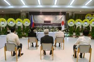 新型コロナウイルス対策で参列者を5人に制限して開かれた戦没者慰霊祭=15日、フィリピン・マニラ(共同)