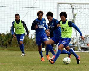 山口戦での勝利を目指して練習に取り組む徳島の選手=徳島スポーツビレッジ