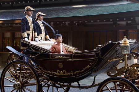 馬車に乗り、伊勢神宮内宮の参拝に向かわれる天皇陛下=23日午前、三重県伊勢市