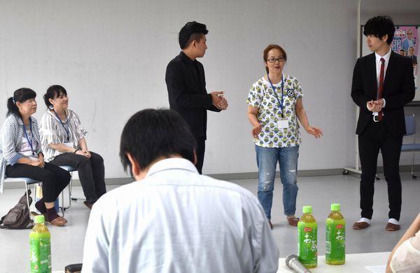 公開オーディションに臨む浦西さん(右から2人目)と、(左から)大谷さん、長尾さん=三好市池田町の池田総合体育館