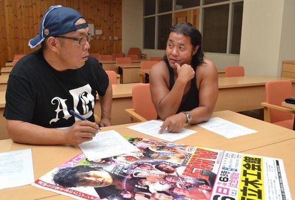 大仁田選手の引退試合に向け、AWAプロレスの仲間と打ち合わせをする市原さん(右)=徳島市立木工会館