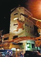 深夜に行われたゴリラのオブジェの撤去作業=2015年4月23日、徳島市元町2