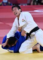 男子81キロ級決勝 延長でモンゴルのサイード・モラエイ(下)から技ありを奪い、優勝した永瀬貴規=日本武道館