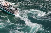 鳴門海峡の「渦開き」で、渦潮に近づく観潮船=25日午前、徳島県鳴門市沖(共同通信社ヘリから)