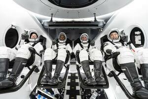 訓練で宇宙船クルードラゴンの座席に座る野口聡一さん(右端)とNASAの飛行士3人(スペースX提供・共同)