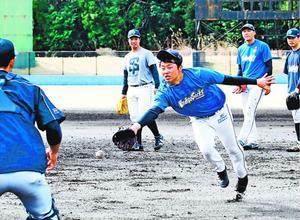 投内連係を繰り返し、守備力を磨く徳島の選手=海陽町の蛇王球場