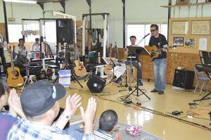 フォークソングを熱唱するアマチュアミュージシャン=美馬市の新極真空手徳島西南支部逢坂道場
