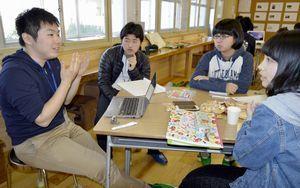 大学生(左端)の話を聞く高校生たち=牟岐町中村の牟岐小旧校舎