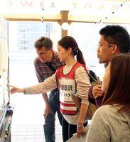避難訓練で外国人に防災情報を伝える災害時ボランティア通訳(左から2番目)=徳島市内