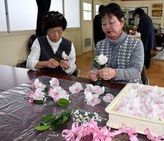 三島中学校の卒業生の胸元を飾るコサージュを作る三島地区婦人会会員=美馬市脇町の江原中