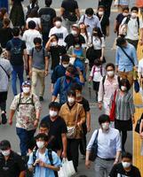 東京・新宿を行き交うマスク姿の人たち=4日午後