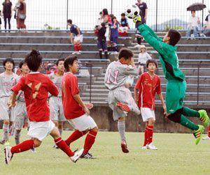 開幕した県中学総体のサッカーでゴール前で激しく競り合う鴨島一と小松島の選手たち=鳴門球技場