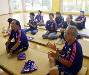 試合終了後、拍手で選手の健闘をたたえる観客たち=午前9時50分、徳島市の県サッカー協会事務所