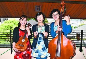 CDを出した(左から)田中さん、乾さん、出田さん=徳島市の上八万コミュニティセンター
