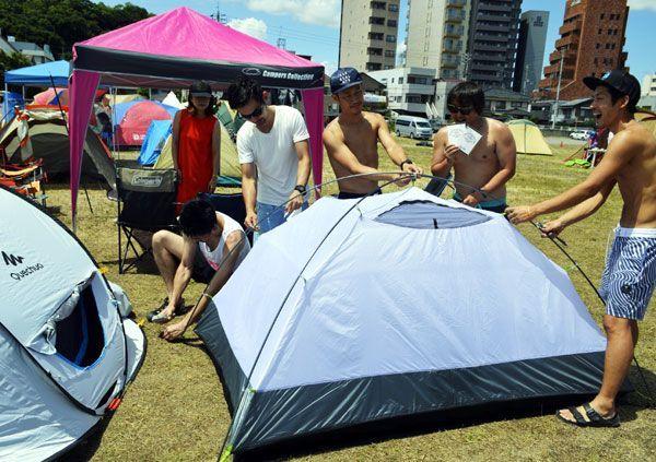 特設キャンプ場にテントを張る利用者=徳島市中徳島町の県立聾学校跡地