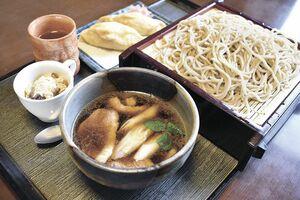 鴨汁せいろ(1320円) そば白玉やそば茶ゼリーなど月替わりのミニデザートがつく。いなり寿司は別途。
