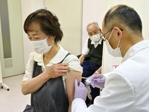 長野県北相木村の診療所で始まった、高齢者を対象とした新型コロナウイルスワクチンの接種=12日午前9時28分