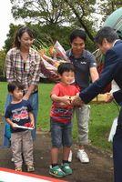 来園者400万人目の記念品を受け取る村本さん一家=神山町阿野の県立神山森林公園イルローザの森