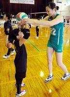 トスの方法を教えるJT・安藤典莉子選手(右)=阿波市の吉野スポーツセンター