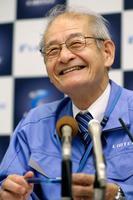 記者会見で笑顔を見せる吉野彰さん=18日午後、大阪府池田市