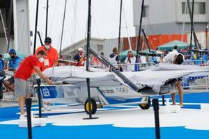 全レースが中止となり、競技艇を片付けるドイツチーム=江の島ヨットハーバー