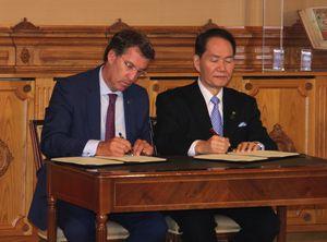 協定書にサインする香川県の浜田知事(右)とガリシア州のフェイホー首相=同州首相府(香川県提供)