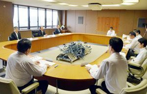 新ホール建設地を徳島駅西側駐車場に決めた徳島市中心市街地活性化推進本部の会議=市役所
