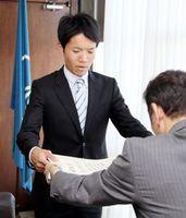 泉市長から表彰状を受け取る石川さん(左)=鳴門市役所