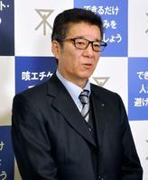 大阪市議会で来年度の市立小中学校の給食費を無償化する条例が成立し、取材に応じる松井一郎市長=26日午後、大阪市役所