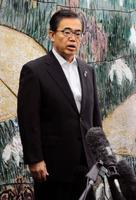 愛知県内の飼育豚全頭へのワクチン接種実施を表明し、取材に応じる大村秀章愛知県知事=15日午前、愛知県公館
