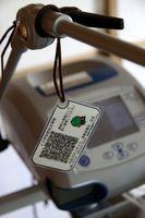 実証実験で人工呼吸器の設定情報などを記録したQRコードが入ったカード=板野町中久保の長尾さん方