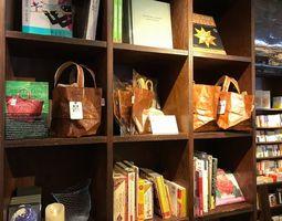 ブックカフェの一角で展示販売されているコンドワバッグ=東京・六本木のTSUTAYA TOKYO ROPPONGI