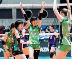 埼玉上尾に勝利し、喜ぶ芥川(中央)らJTの選手たち=国立代々木競技場