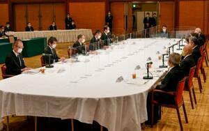 被爆者7団体の代表らと面会する菅首相(左手前から3人目)ら=6日午前、広島市