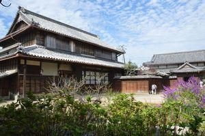 国重要文化財に指定される戸田家住宅の主屋(左)と東座敷=上板町佐藤塚