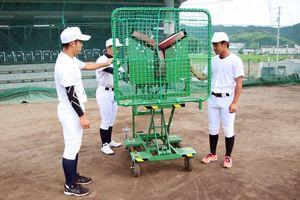 寄贈されたピッチングマシン=阿南市の阿南光高校宝田キャンパス