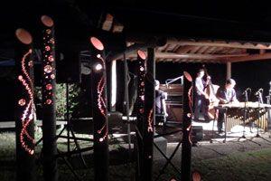 竹の照明がつくる幻想的な雰囲気で開かれたジャズライブ=三好市池田町漆川