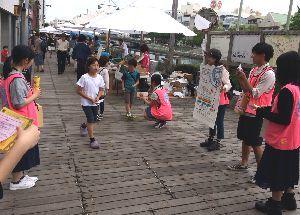 募金活動やイベントのPRを行うダッシュ隊徳島ジュニアのメンバーら=5月31日、徳島市のしんまちボードウオーク(ダッシュ隊提供)