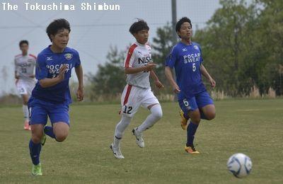 後半、攻め上がる山田誠人(左)と市川健志郎(右)
