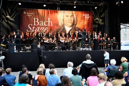 14日、ドイツ・ライプチヒ中心部の広場で演奏に聞き入る人々(共同)