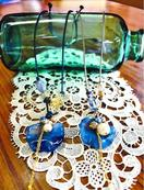 福祉施設利用者が染色 藍染ハンカチで花の首飾り