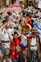 改元を祝って踊る踊り子たち=徳島市の東新町商店街