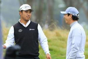 練習場で言葉を交わす松山英樹(左)と石川遼=TPCハーディングパーク(共同)